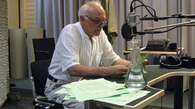 Charles Brauer führt als Erzähler durch das Hörspiel.