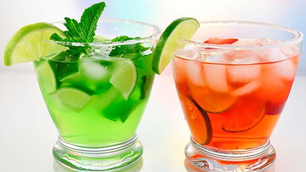 Frische Minze, Limette und viel Eis – das sind die Zutaten für einen beliebten Sommerdrink.