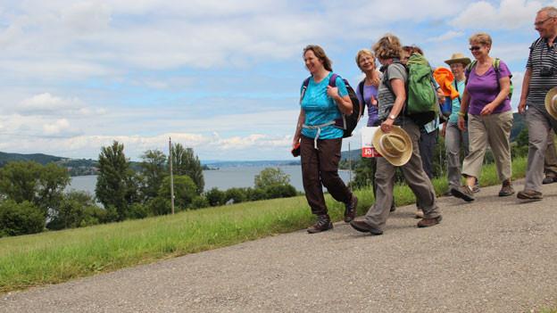 Nach dem Mittagessen läuft die Gruppe weiter in Richtung Stein am Rhein.