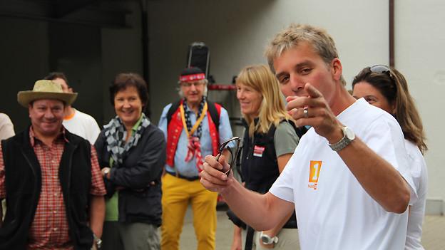 Reto Scherrer ist auch nach fünf Tagen in Topform und begrüsst in Stein am Rhein die Wandergruppe