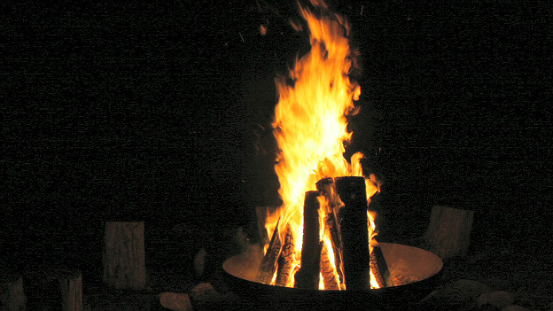 Feuerschale bei Nacht