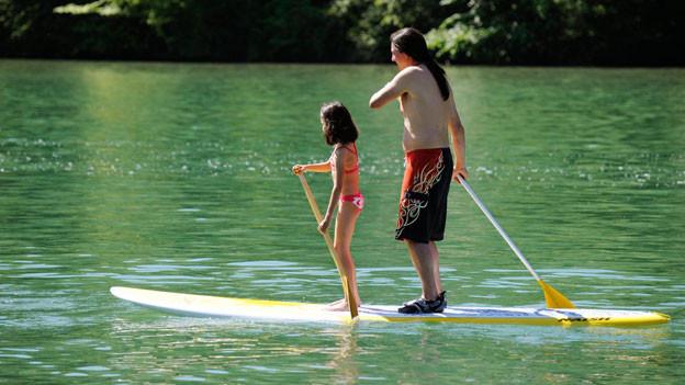 Früh übt sich: Vater und Tochter auf dem Rhein bei Eglisau.