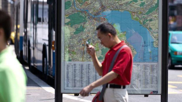 Stadtplan und Handy erfüllen heutzutage die gleiche Funktion.