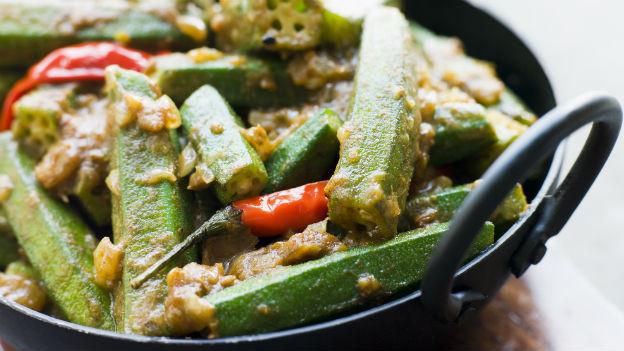 Die Okra-Schote, auch Ladyfinger genannt, eignet sich für schmackhafte Gerichte. Nicht alle mögen jedoch ihre schleimige Konsistenz.