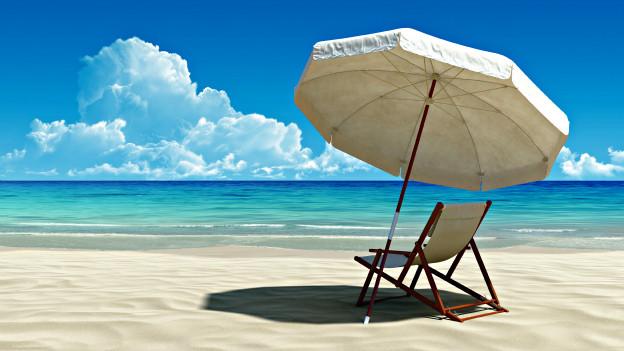 Schöne, heile Ferienwelt: Einsamer Sandstrand am Meer.