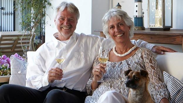 Colette Bastin und ihr Mann Johannes Zink mit Findelhund Río in ihrem Guesthouse Meerlust-Las Ballenas. Johannes ist Sozialwissenschaftler und arbeitet als Unternehmensberater und Coach in der Schweiz.