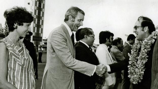 Aus dem Privatarchiv: Botschafter Kurt Wyss begrüsst in Südostasien zusammen mit seiner Gattin Bundesrat Kurt Furgler.