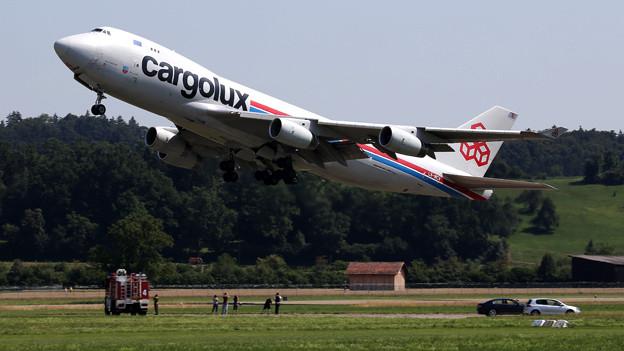 Nach dem Entladen der «Solar Impulse»: Der Riesenvogel Boeing 747 verlässt Dübendorf.