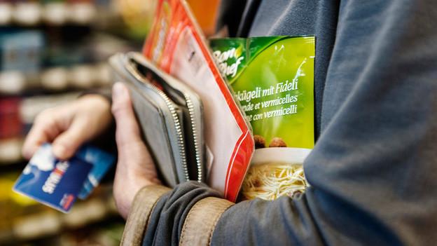 Einkaufen im Tankstellen-Shop: Das Schweizer Volk entscheidet im September, ob das bald rund um die Uhr möglich sein kann.