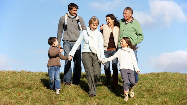 Familie läuft auf Hügel.