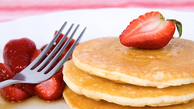 Pancake wird in den USA gerne zum Frühstück zusammen mit Ahornsirup und Puderzucker serviert.