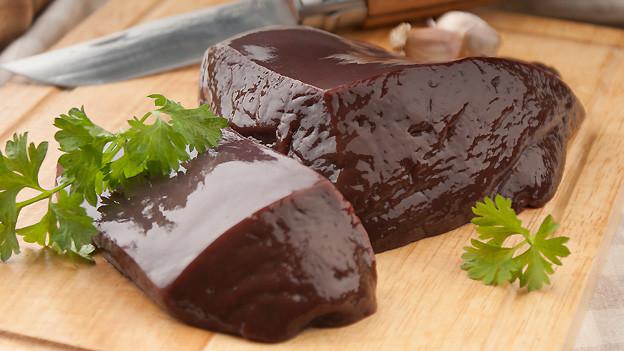 Frische Leber ist eine der Hauptzutaten für die Zubereitung von Leberknöpfli.