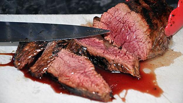 Kängurufleisch sollte nur saignant gebraten werden, und nur sehr rasch, sonst wird es zäh.