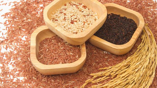 Je nach Verarbeitungsgrad hat der Reis eine andere Farbe.