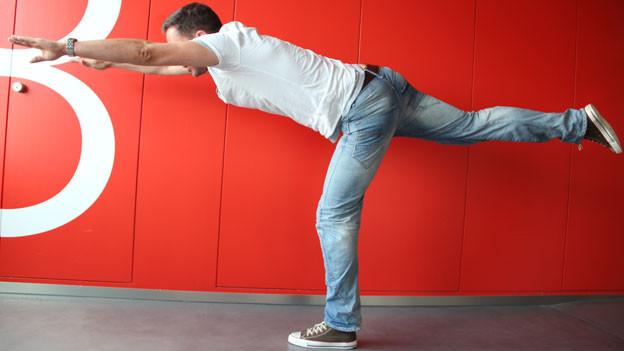 Fit: Adrian Küpfer zeigt die Übungen vor.