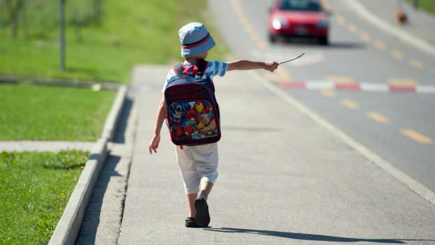 Der Schulweg bietet Abenteuer, birgt aber auch Gefahren für die Kinder.