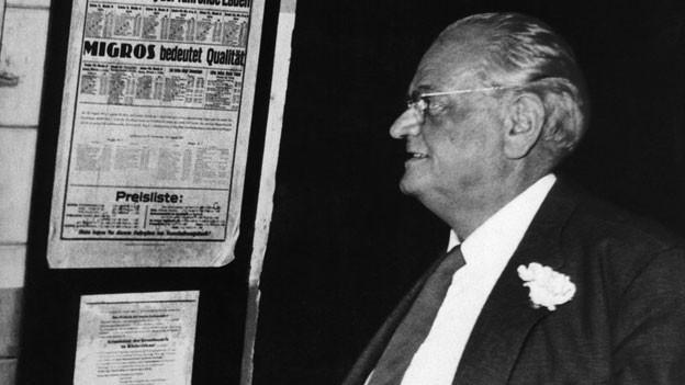 Gottlieb Duttweiler (1888-1962), Firmengründer der Migros. Am 25. August 1925 nahm die Migros ihren Geschaeftsbetrieb mit fünf Verkaufswagen auf, womit sie 178 Haltepunkte in der Stadt Zürich bediente.