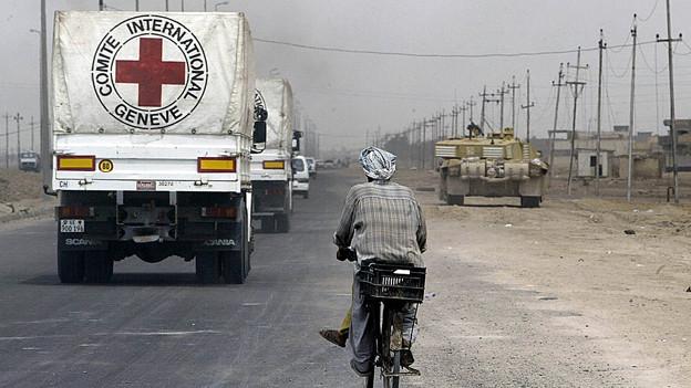 Lastwagen mit medizinischem Hilfsmaterial vom IKRK in Basra (April 2003).