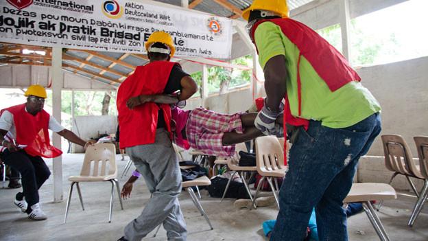 In Haiti üben Jugendliche den Umgang im Katastrophenfall.