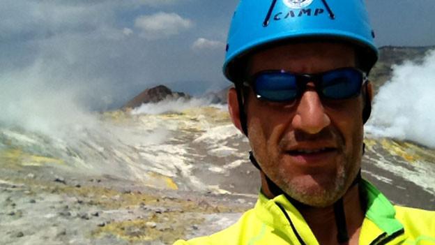 Simon Burren zeigt Touristen auf Wanderungen die Vulkane auf Sizilien und den äolischen Inseln.