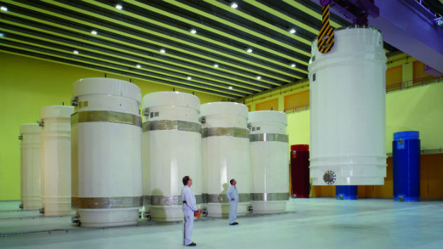 Verbrauchte Brennelemente aus dem Kernkraftwerk werden in massiven Transportbehältern ins Zwischenlager geliefert.