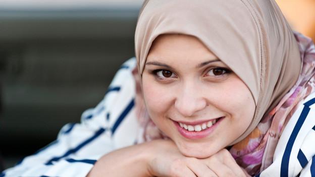 Junge Frau mit Kopftuch (Symbolbild).