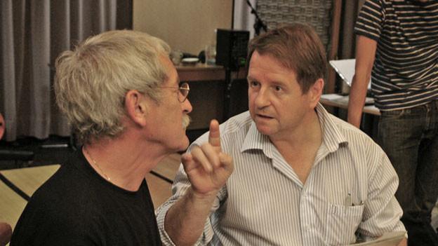 Bearbeiter der Mundart-Fassung und Schauspieler Marco Schenardi und Hanspeter Müller-Drossaart im Hörspiel-Studio.