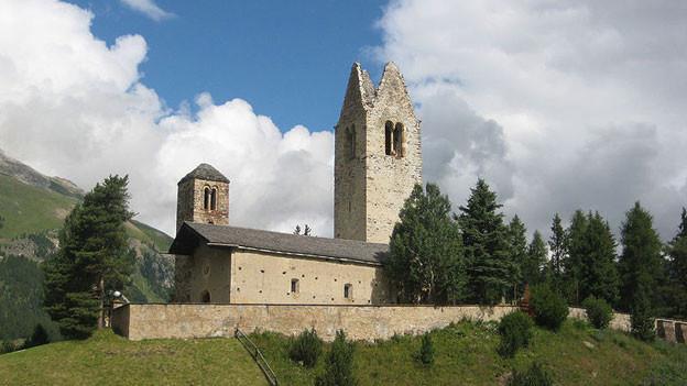 Sagenumwobener Ort: Die Kirche San Gian im Oberengadin.