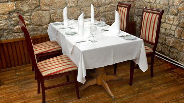 Früher wurde eine Tischplatte auf Böcken erst durch das Tischtuch zum Tisch.