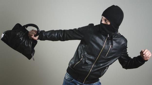 Hat der Taschendieb die Handtasche geschnappt, kann es gefährlich sein, sich zu wehren.