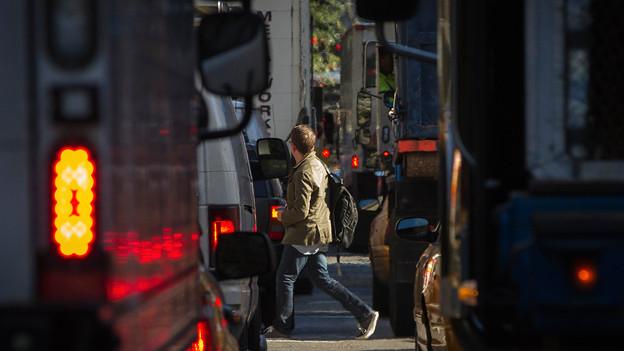 Richtiges Blinken will gelernt sein: Dichter Stadtverkehr.