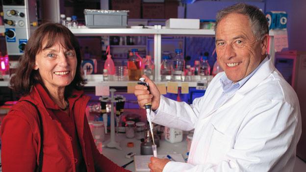 Der Schweizer Nobelpreistärger Kurt Wüthrich mit seiner Frau am Institut für Molekular-Biologie und Bio-Physik an der ETH Zürich.