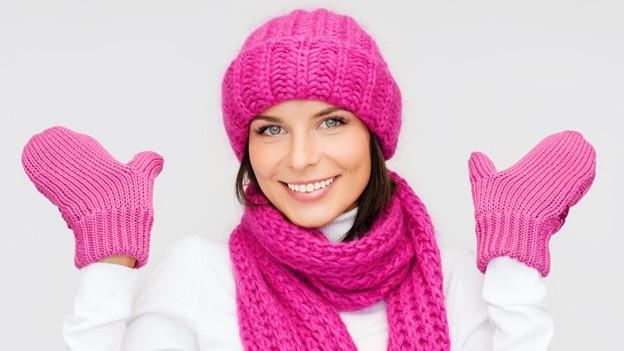 Frau mit Pulli und Handschuhen