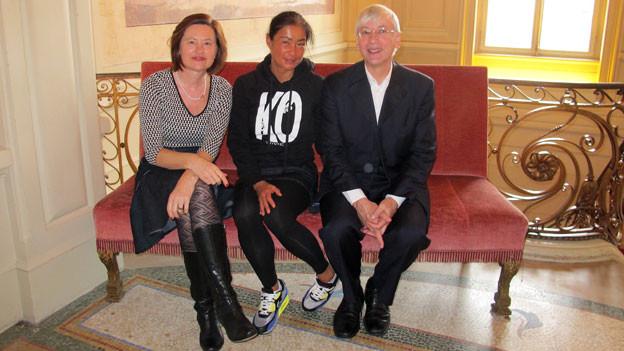 Katharina Kilchenmann (links) mit der Berner Profiboxerin Aniya Seki und Chefdirigent Mario Venzago.