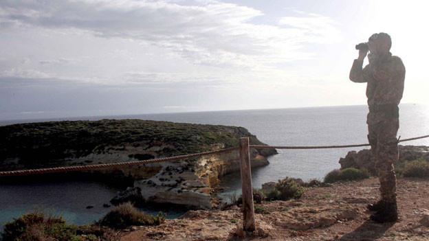 Die italienische Armee überblickt die Suche nach Überlebenden vor Lampedusa.