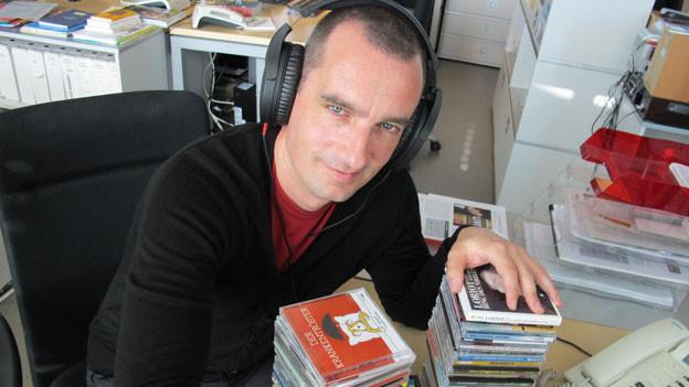 Satire-Redaktor Alexander Götz hat sich durch den CD-Stapel gehört.