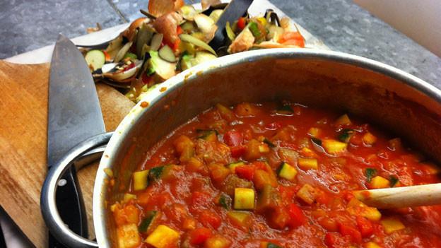 Gemüse schneiden und einkochen – und fertig ist das Ratatouille.