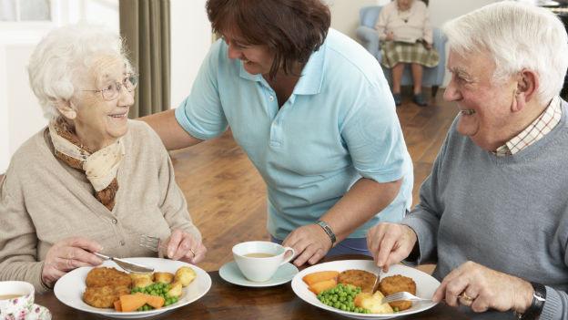Ältere Menschen, die unter Appetitlosigkeit leiden, sollten kleinere Portionen, dafür häufiger über den Tag verteilt, zu sich nehmen.