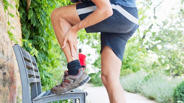 Auch wenn es schmerzt: Aufstehen, gehen und dehnen sind die besten Mittel gegen einen Muskelkrampf