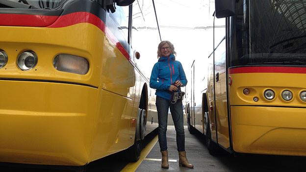 Moderatorin Ladina Spiess berichtet aus dem Bus-Bahnhof in Chur.