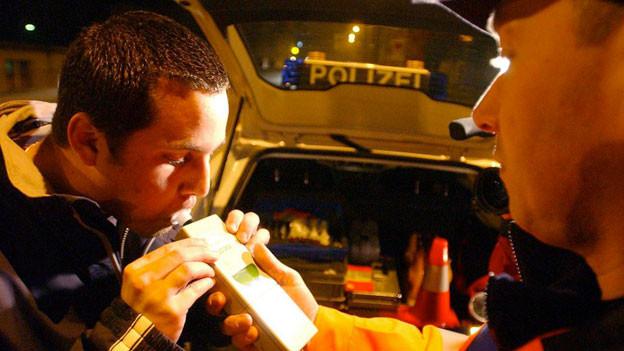 Nicolas Friedli bläst am Freitag, 7. Januar 2005 in Olten bei einer Verkehrskontrolle mit guten Gewissen in das Gerät von Polizist M. Wyss - das Gerät zeigte 0,0 Promille an.