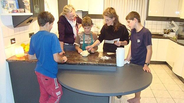 Sprachlehrerin Antje Skodock mit den Ambrosinis in der Küche.