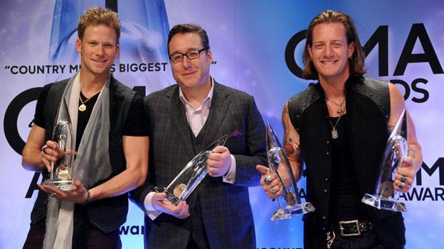 Die diesjährigen Gewinner: Brian Kelley (links) und Tyler Hubbard (rechts) von Florida Georgia Line und Joey Moi an den diesjährigen CMA Awards.
