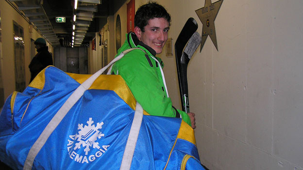 Mit der Tasche seines Heimvereins geht Matteo Ambrosini zum Training.
