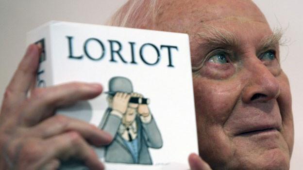 Loriot hält sein Buch «Loriot» in den Händen.