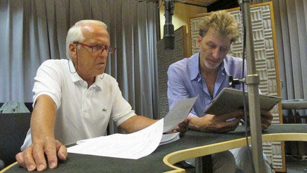 Walter Andreas Müller und Rufus Beck während den Aufnahmen im Hörspielstudio.