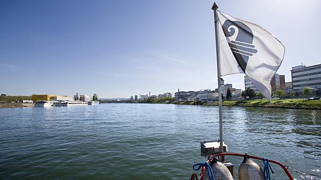 Auf dem Rhein bei Basel mit Blick auf den Hafen Kleinhueningen
