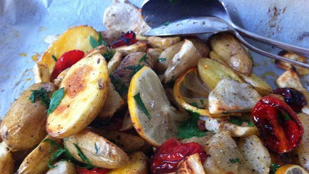 Perfekt zur kalten Jahreszeit: Im Ofen gebackene Kartoffeln- und Topinambur-Scheiben.