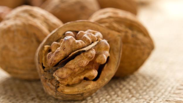 Baumnüsse enthalten Vitamin B1, B2, B6 und E, sowie Omega-3 Fettsäuren.