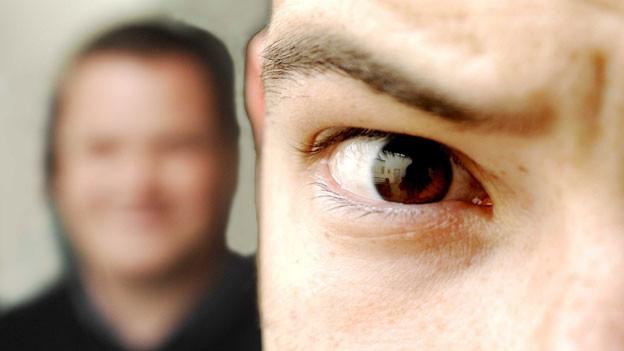 Wer bei trockenen Augen keine Tropfen verwenden will, kann mit Lidrandhygiene trockene Augen verhindern.
